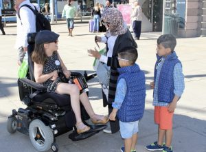 Ida Dignes snakker med barn