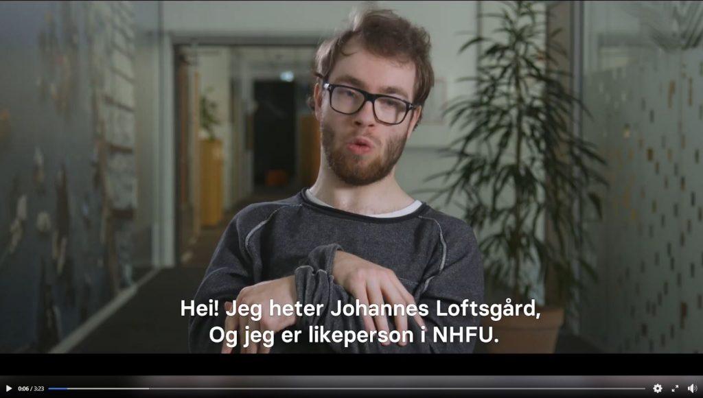 Bilde av video med Johannes som snakker mot kamera. Tekst: Hei jeg heter Johannes og jeg er likeperson i NHFU.